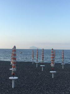 Schirme am schwarzen Strand von Lipari