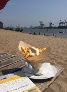 Pommes mit Mayo in der Strandperle mit Blick auf die Elbe