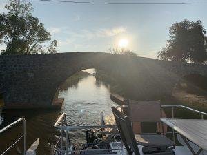 Morgenlicht Hausboot vor Rundbrücke