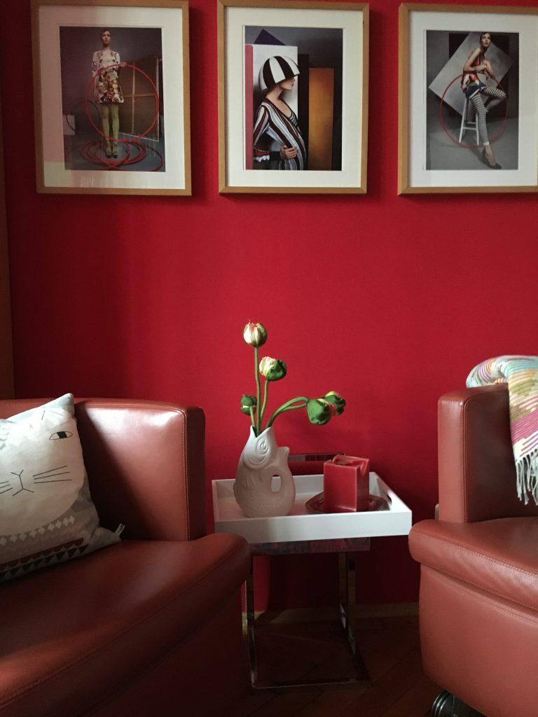 Rote Wand mit Bildergalerie, rote Sessel
